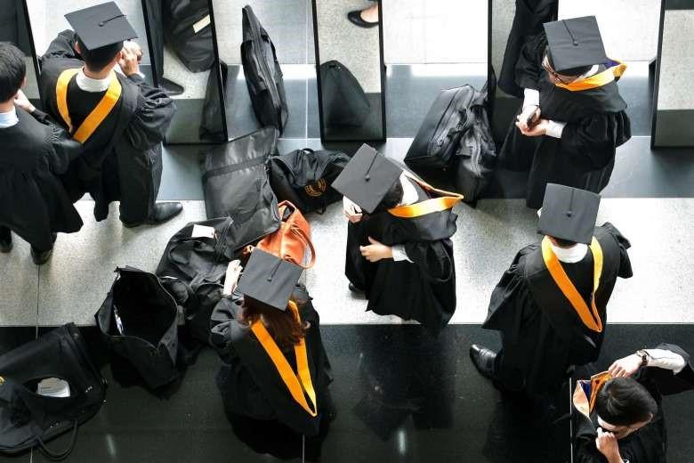 Sinh viên SMU chuẩn bị cho buổi lễ tốt nghiệp của mình. PHOTO: ST FILE