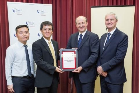 (Từ trái sang phải: Seow Poh Sun, Phó Giáo sư Kế toán (Giáo dục) và Phó Chủ nhiệm khoa (Giảng dạy và Chương trình học, SoA; Cheng Qiang, Trưởng khoa của SoA; Michael Izza, Giám đốc điều hành của ICAEW và Mark Billington, Giám đốc khu vực Đông Nam Á, ICAEW)
